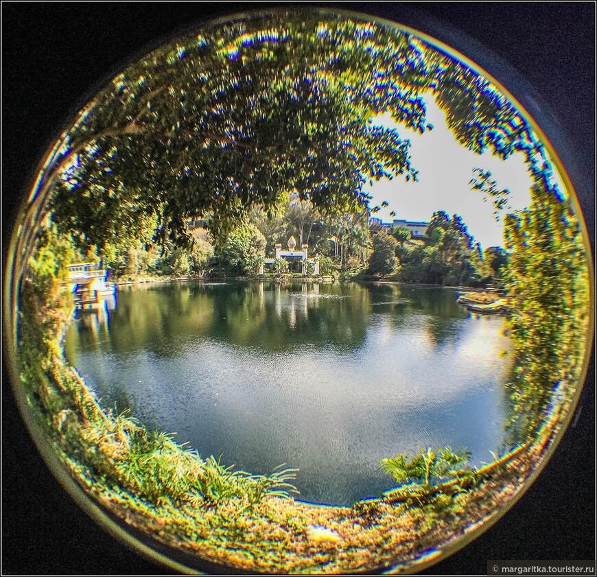 панорамный вид всего озера в центре с Золотой Аркой