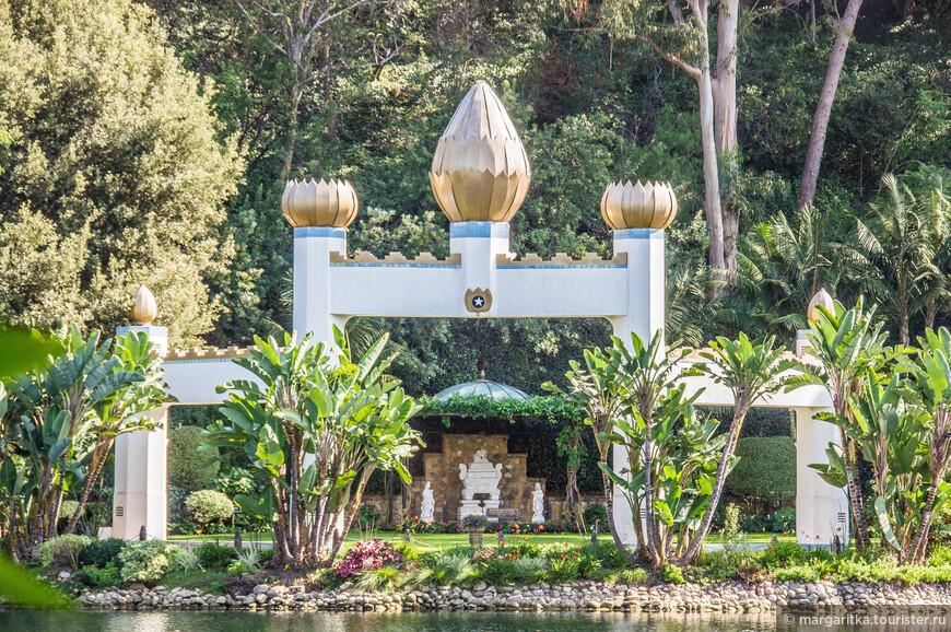 вид на открытый храм - Ганди World Peace Memorial через Золтую Арку от часовни-мельницы
