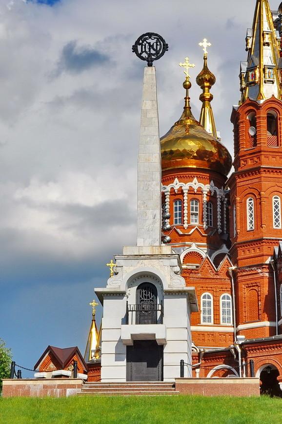 04. С 1922 года на площади находится Некрополь в память о революционных красноармейцах.