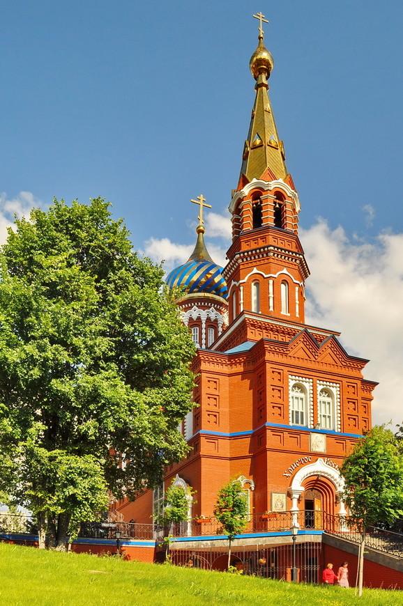 08. Очень красивый храм. Обратите внимание на церковный купол за заднем плане, в Ижевске очень любят стиль раскраски куполов.