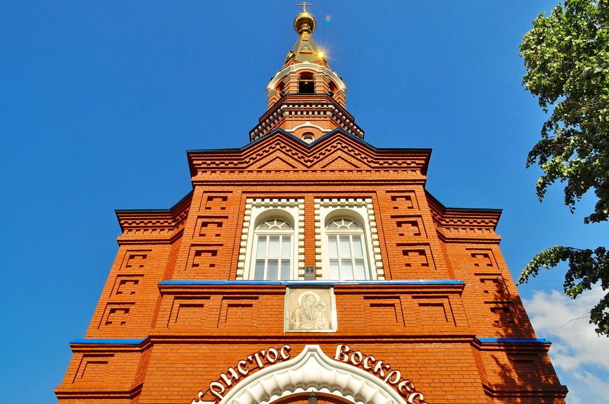 12. Храм был построен в 2001 году, еще до восстановления Михайловского собора. Изначально задумывался как часовня, но позже размеры увеличили.