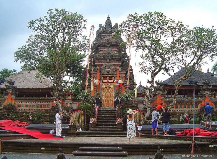 Зато в храме Убуда я понаблюдала за съемками чего-то песенно-танцевального с национальным колоритом. Тоже интересно!