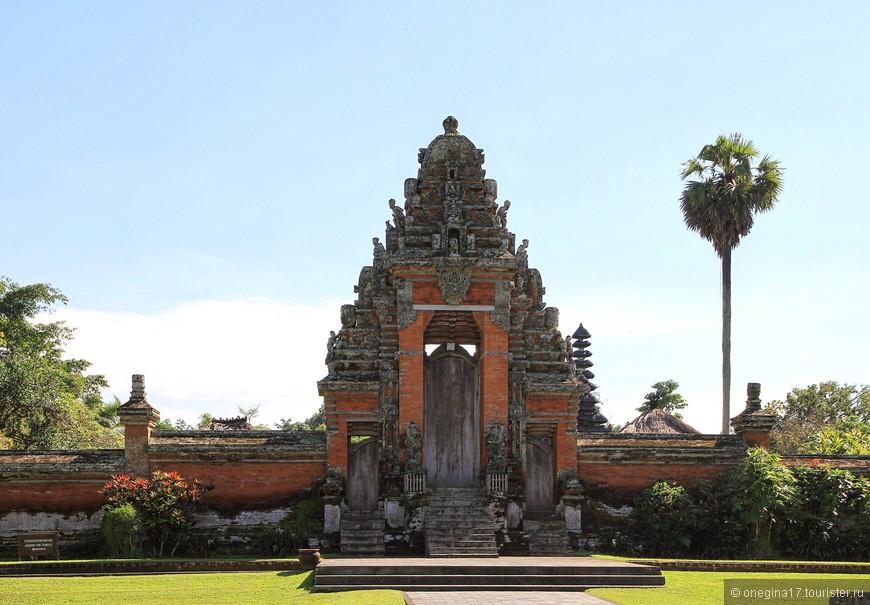 """Таман Аюн - """"Прекрасный сад"""". Здесь почитают и поклоняются предкам королевской династии."""