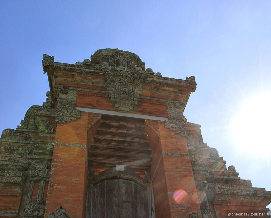 Входные ворота на территорию храмового комплекса.