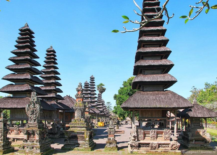 Пагоды. На острове их много, они в каждом храме. Высокие и пониже, их пирамидки заметны издалека и вполне могут считаться одним из символов Бали.