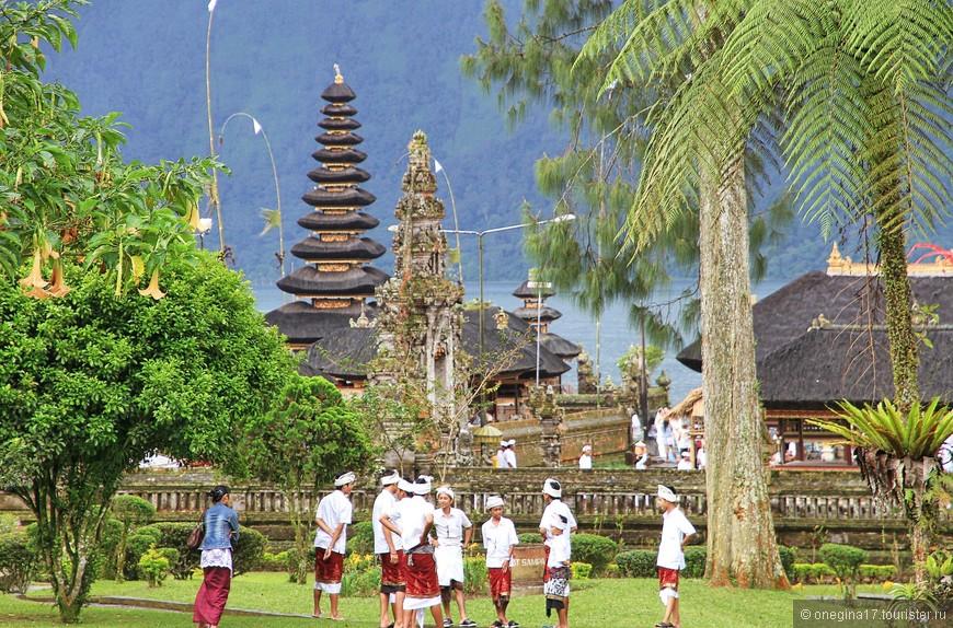В этот день в храме был большой праздник и мне повезло посмотреть на всю церемонию: и общую молитву, или как правильнее назвать это общение с балийскими богами, и поднесение даров, и торжественное шествие. Полюбовалась я и нарядными балийцами.