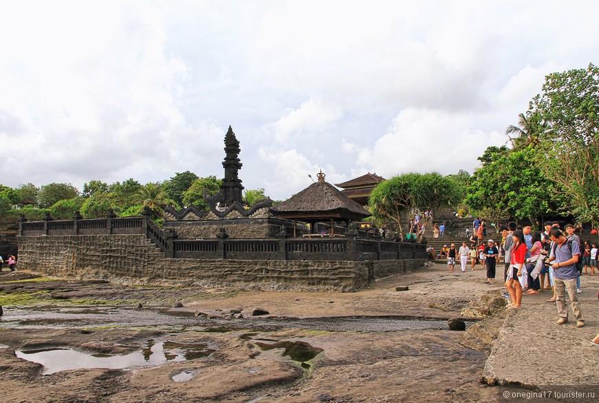 Утром храм стоит в окружении воды, вторая половина дня - океан отступает и к храму можно дойти по океанском дну не замочив ног. Мы хотели попасть во время отлива. Было очень красиво!