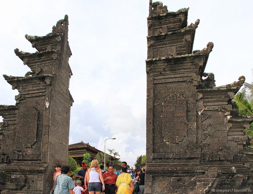 Танах Лот - самый почитаемый на Бали. Впрочем, все храмы очень почитаемые и их рейтинг немножко условен.