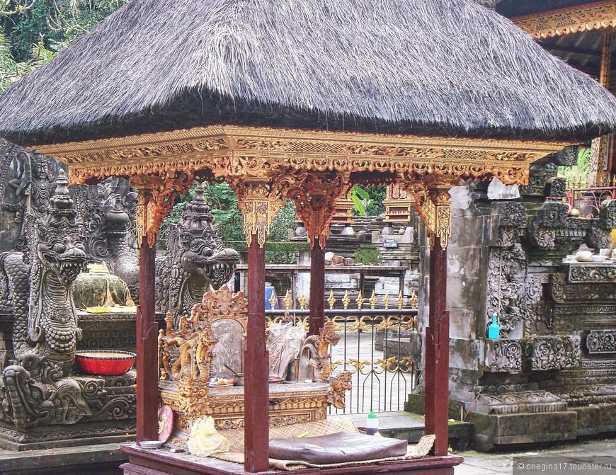 """Храм """"Тирта Эмпул"""" или храм """"Священной воды"""". Один из почитаемых храмов, поскольку вода его источников особенно свята и обладает магической силой исцеления."""