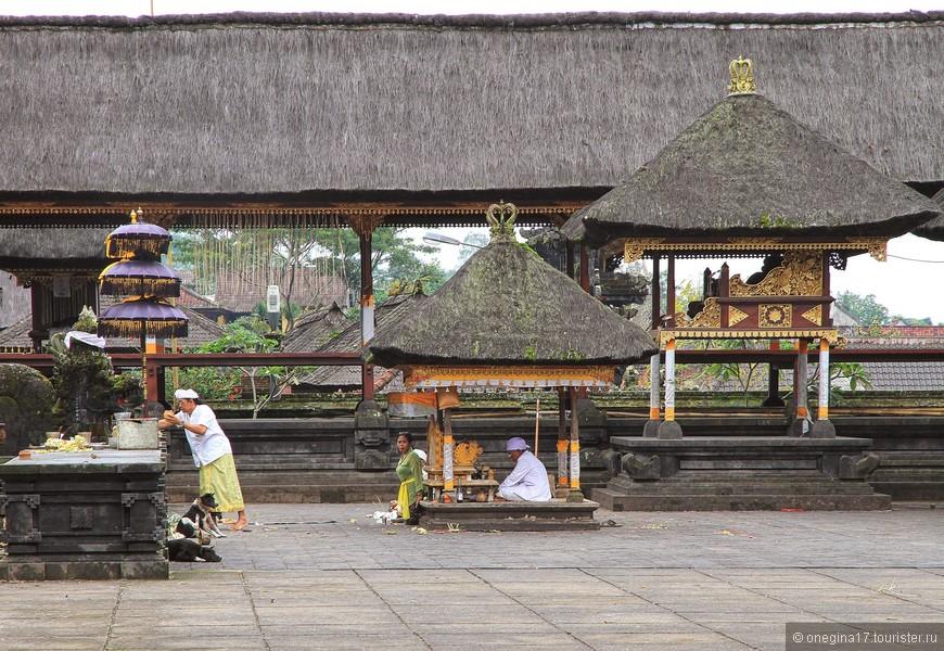 Самые строгие правила для туристов именно в этом храме. На его территории имеют право сопровождать только специальные гиды, весьма корыстные к тому же...