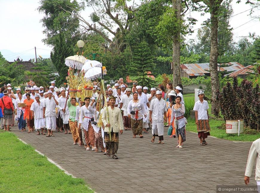 В храме Бесаких я увидела церемонию балийских похорон. Досмотреть до финала я так и не смогла...