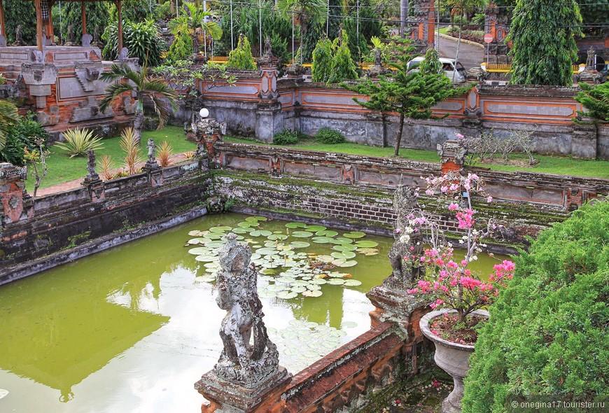 На Бали и сегодня уважительно относятся к королевской фамилии. Комплекс неторопливо восстанавливается.