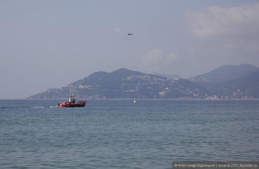 Побережье. Кстати, над берегом постоянно летают вертолёты, которые довольно часто приземляются на центральном пляже.