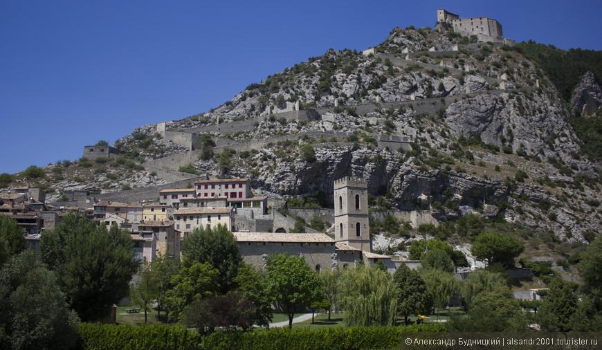 А это замок в не большом провинциальном городке. В этот город всего несколько раз из Ниццы ходит поезд. Ехать 2 часа.