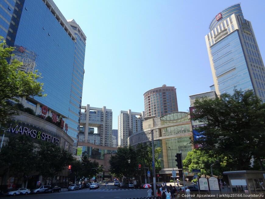 К Народной площади я подошел после осмотра Сада Радости (Юйюань) время пешком это заняло около 30 минут