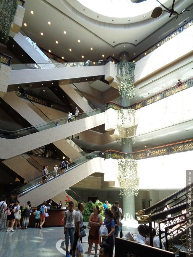 На первом этаже Шанхайского музея расположены скульптурная галерея, пантеон