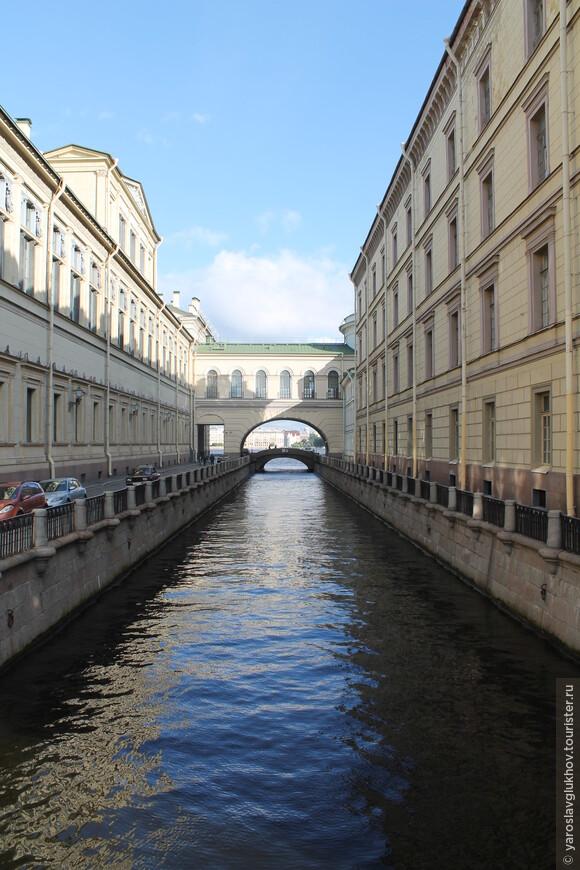 Совсем небольшая Зимняя Канавка — такое уютное место, здесь чувствуется настоящий Петербург. Это место, мне кажется, больше всего похоже на Венецию.