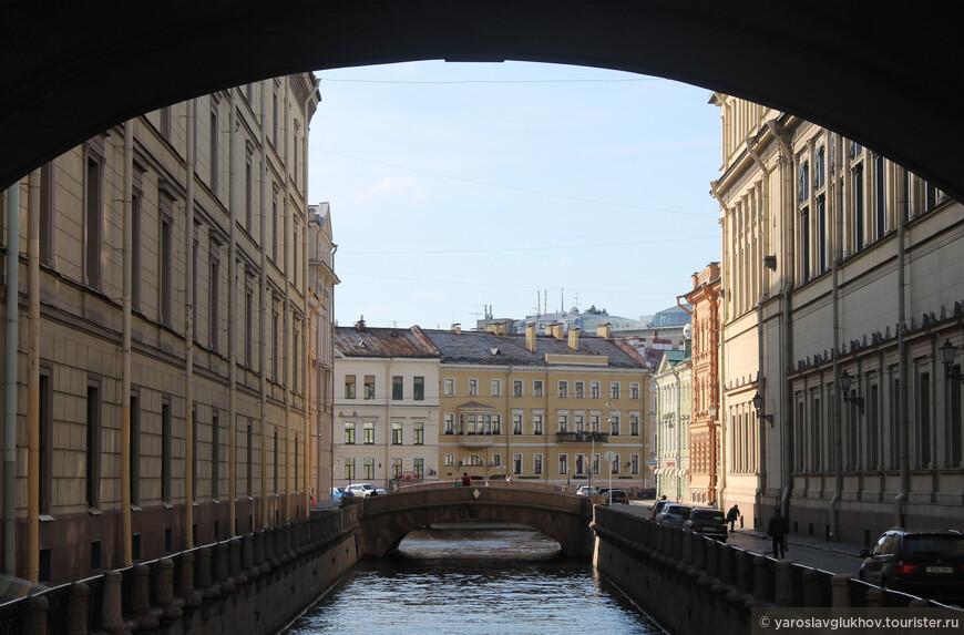 Под аркой, соединяющей Зимний дворец и Зимний театр.