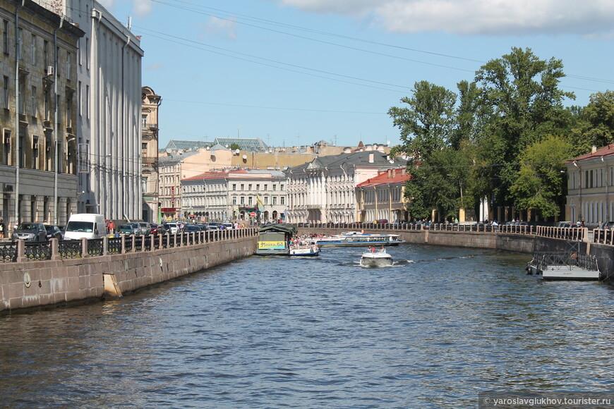 Мойка всегда заполнена катерами, лодочками, которые снуют туда-сюда и катают туристов.