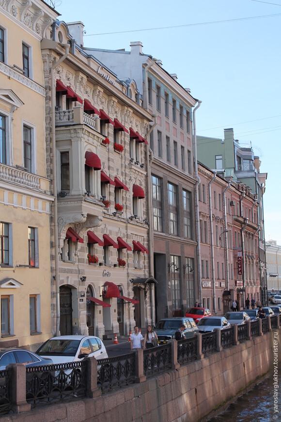 Дом с красными козырьками — настоящее украшение Мойки! Он мне запомнился своей необычностью и красотой.