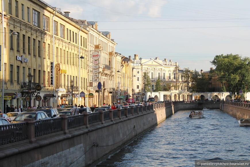 Вечерний канал Грибоедова прекрасен. Банковский мост виден, и дома на набережной подсвечиваются солнцем очень интересно.