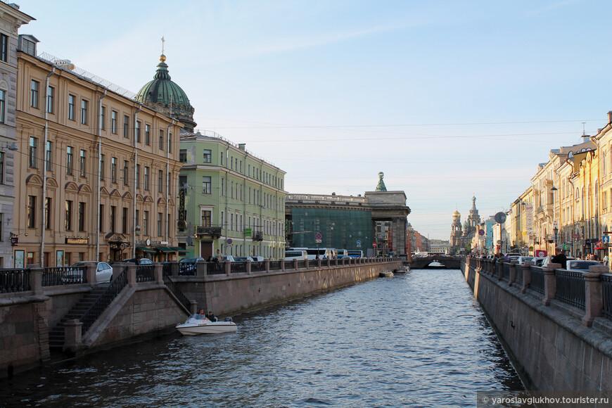 На канале Грибоедова сосредоточено несколько важных достопримечательностей: Казанский собор, дом Зингера и Спас-на-Крови.
