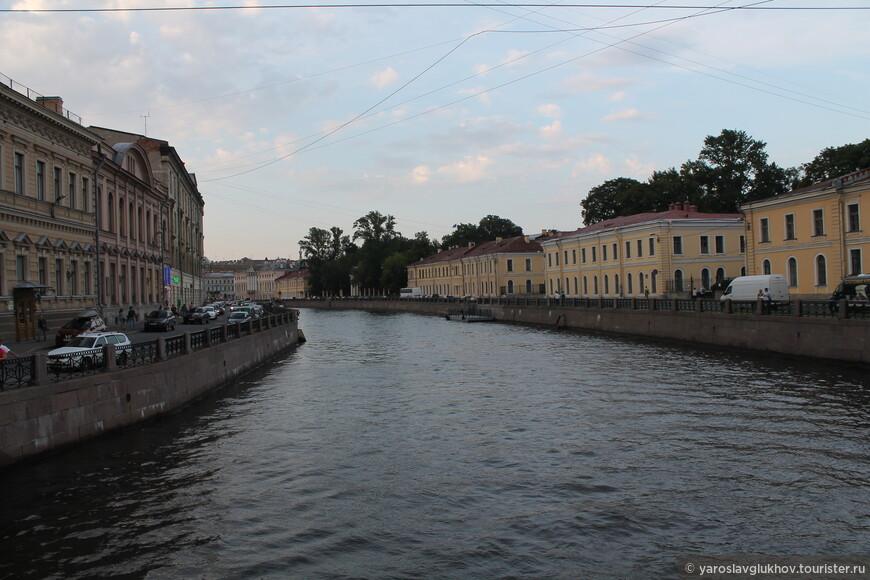 На набережной Мойки расположен комплекс педагогического университета им. А. И. Герцена — жёлтые здания справа.