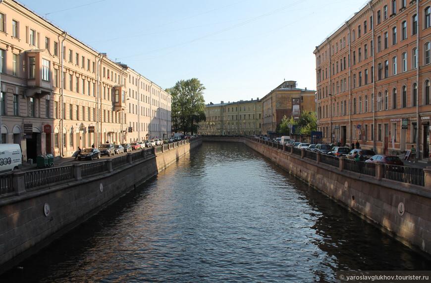 Эта часть канала Грибоедова, что дальше от Невского проспекта, уже менее туристическая, как нам показалось.