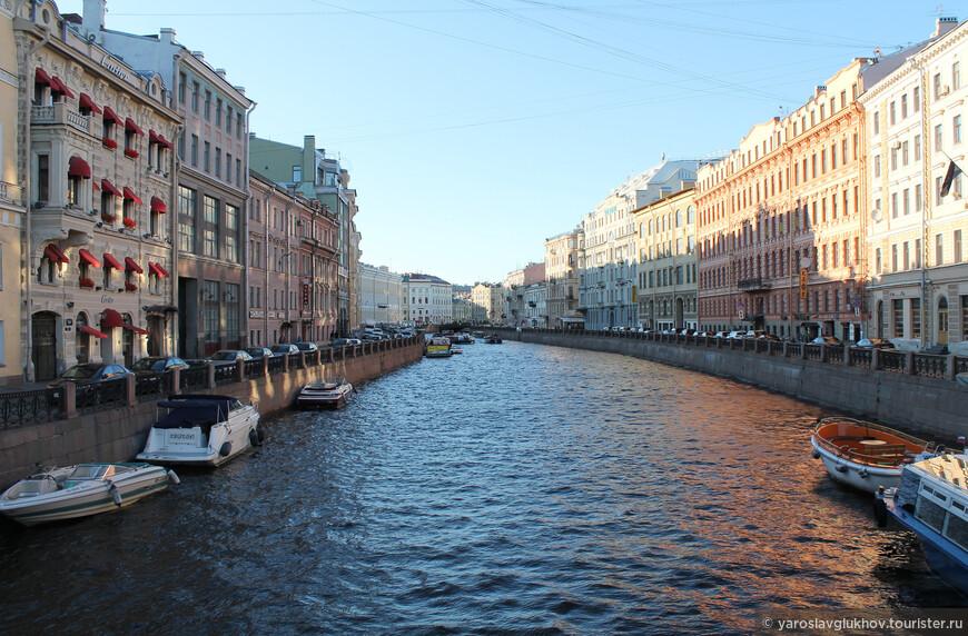 Вечерняя Мойка — вдоль неё нужно непременно прогуляться, если вы окажетесь в Петербурге.