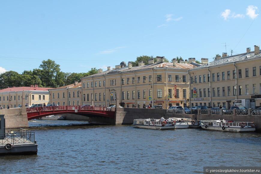 Солнечная Мойка и переброшенный через неё Красный мост.