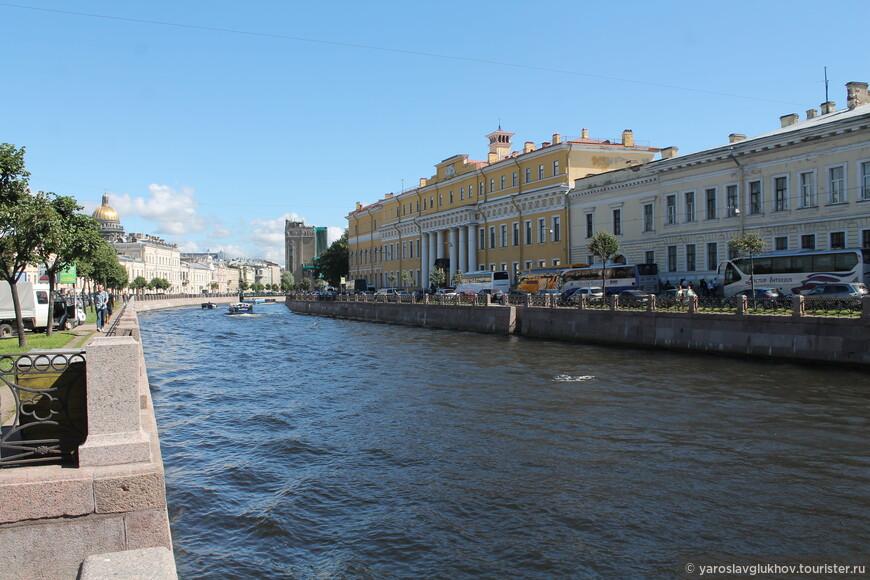 И Юсуповский дворец видно (справа), и Исаакиевский собор (слева).