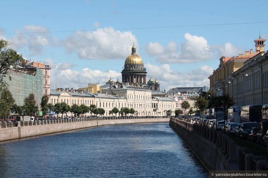 Очень красивый вид на Исаакиевский собор с Поцелуева моста через Мойку.