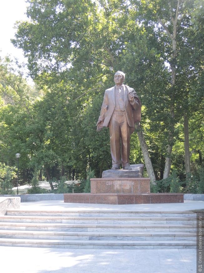 памятник поэту Гафуру Гуляму