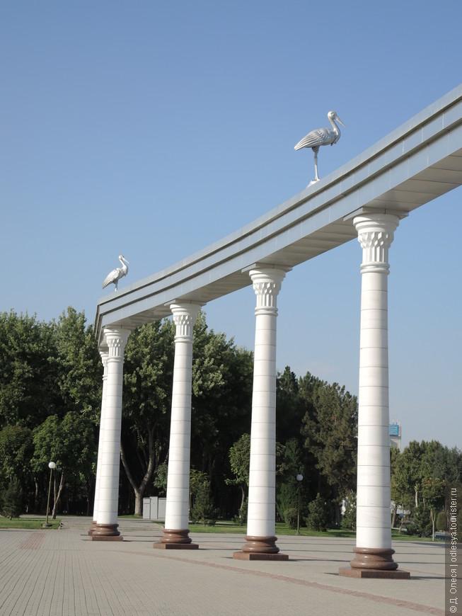 """скульптуры аистов на арке """"Эзгулик"""" символизируют светлые мечты народа"""