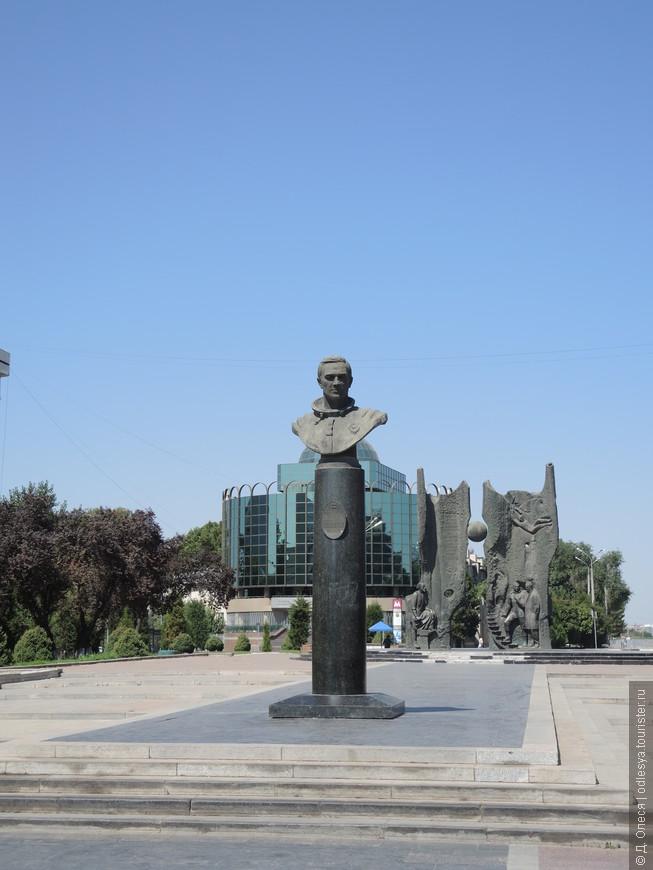 памятник дважды Герою СССР - лётчику-космонавту Владимиру Джанибекову