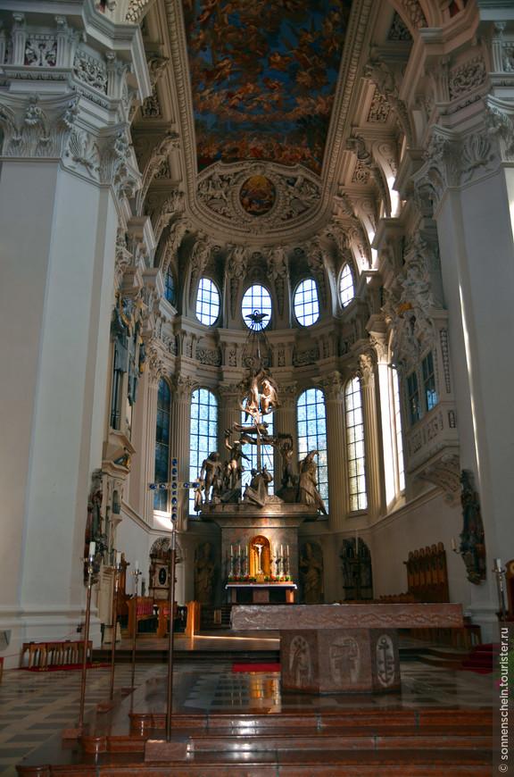 Главный алтарь собора Пассау представляет собой монументальную скульптурную композицию, изображающую мученическую смерть, побивание камнями Святого Штефана.