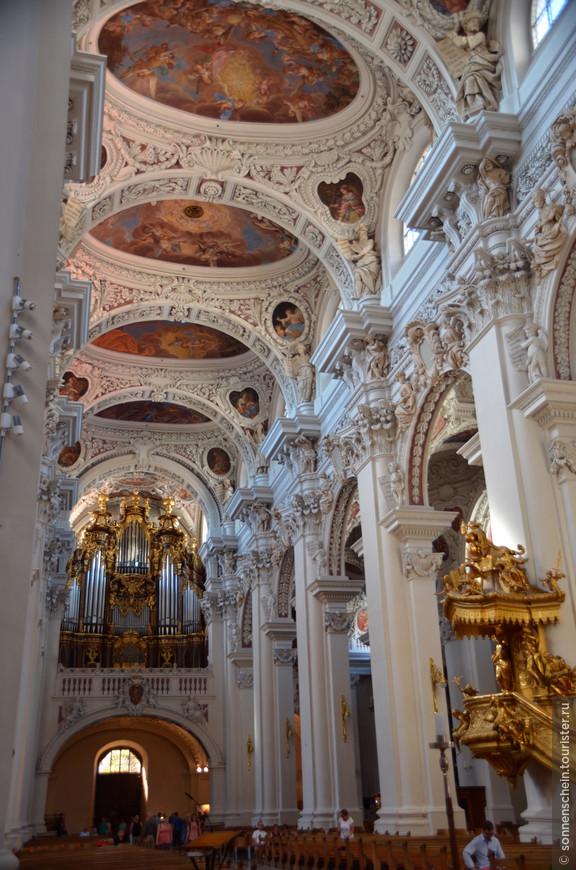 Поистине роскошные лепнина, росписи и скульптуры не оставляют равнодушным никого. Неудивительно, что многие задаются вопросом, как так случилось, что в небольшом баварском городке (около 50 тыс. жителей) был построен такой грандиозный католический храм?