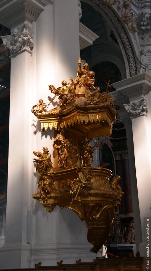 Рядом с алтарной частью на одной из колонн находится Канцель, кафедра для проповедей 1726 года, Вырезанная из липового дерева, покрытая тончайшим слоем золота (на полной покрытие использовано всего 300 грамм золота) богато украшена скульптурами.