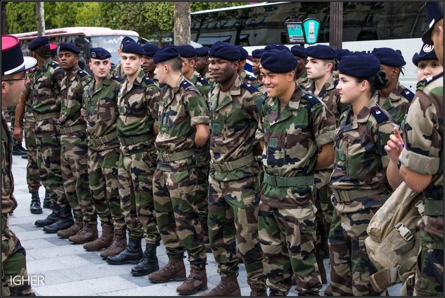 а вот и новенькие жандармы...в разного цвета обуви