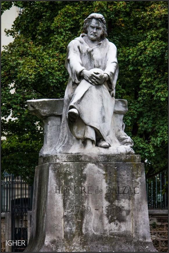 может я и ошибаюсь но памятник Бальзаку похоже отлит из простого цемента