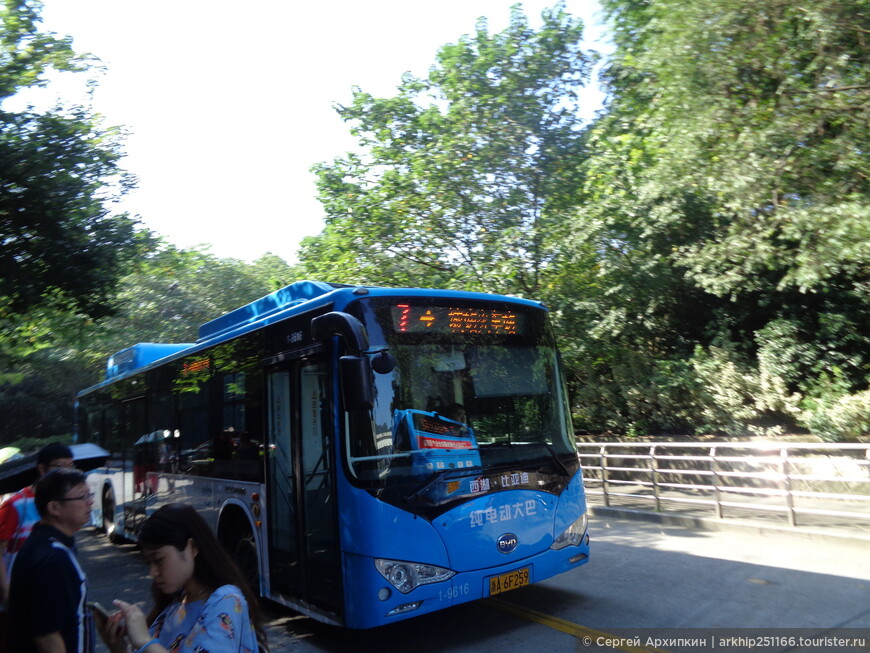 Возле моей гостиницы находилась автобусная остановка - автобуса № 7, который и довез меня к храмовому комплексу Линъин