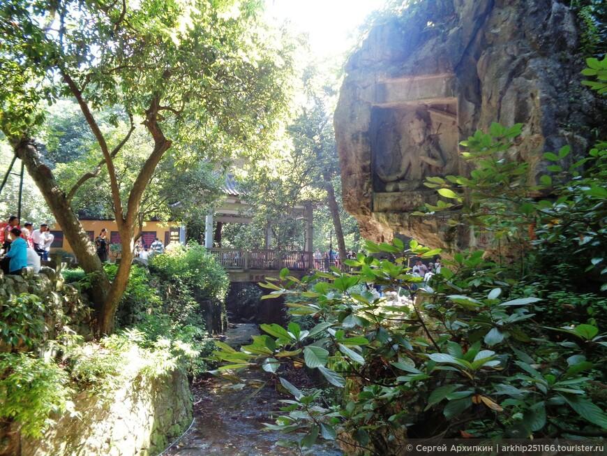 """Буддистские статуи в """"Прилетевшей вершине"""" в Ханчжоу"""
