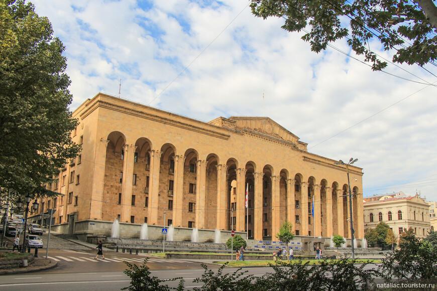 Здание бывшего Парламента Грузии.