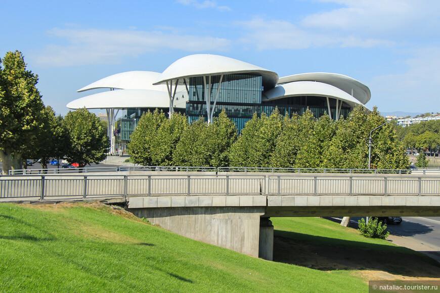 Центр государственных услуг или здание юстиции.