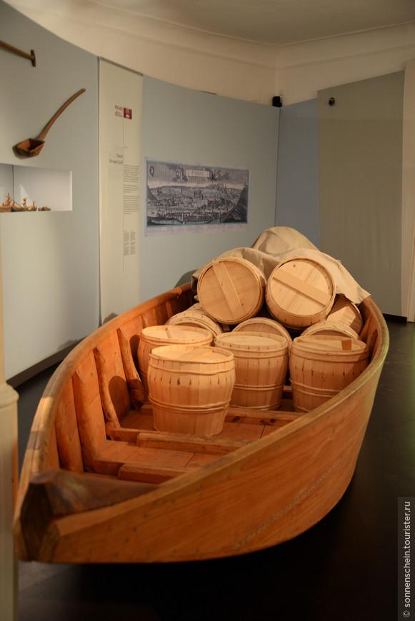 В музее есть также два важных собрания экспонатов межрегионального значения.    Первое — «Белое золото» (имеется виду соль, игравшая в то время такую же роль, как сегодня нефть), поскольку вся торговля солью в Баварии была сосредоточена в Пассау.