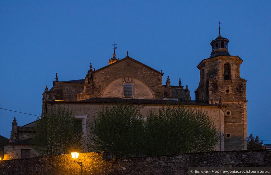 Фасад церкви несколько непропорциональный, что не уменьшает ее шарма.