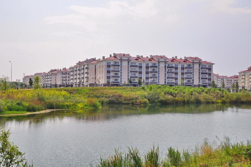 13. На противоположной стороне – здания с апартаментами.