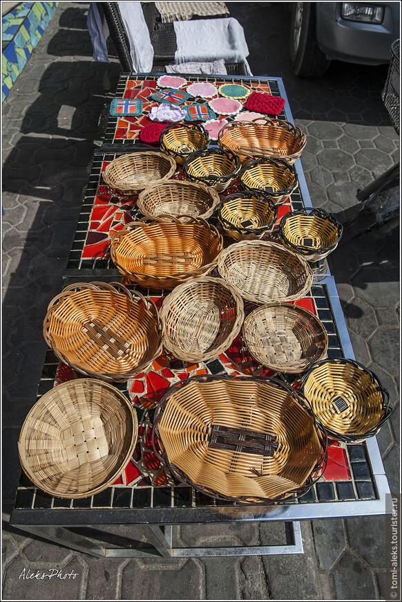 Уже разместили свой товар продавцы сувениров. Уже сейчас, по прошествии четырех лет, я понимаю, что тайцы - большие умницы в плане сувениров. Чего только не увидишь у них в сувенирных лавках. Хотя Китай, Южная Корея и особенно Вьетнам, - могут очень даже поспорить с Таиландом за право понравиться туристам своими сувенирами.