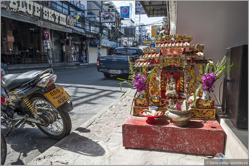 Меня всегда умиляют вот такие мини-алтари с приношениями богам. Их в Таиланде встречаешь на каждом шагу. И вот что мне подумалось, — какой-нибудь бомж спокойно может питаться этими приношениями каждый день. Во всяком случае, у нас так бы и было...