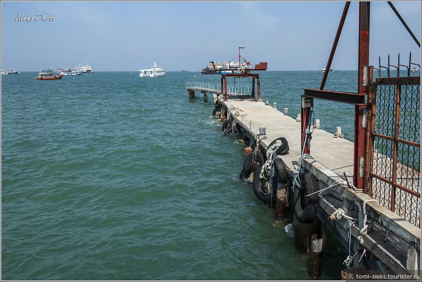 Идем по берегу мимо каких-то складов и кафешек. Небольшие пирсы, видимо, для прогулочных лодок. Конечно, не очень эстетично все это выглядит, но тайцев устраивает...